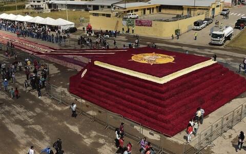 В Эквадоре создали пирамиду из полумиллиона роз