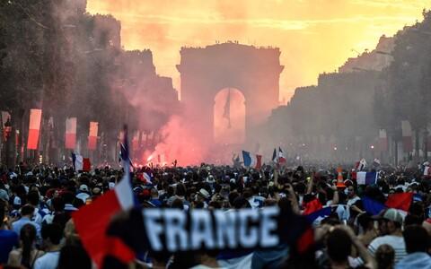 Prantsusmaa triumfi tähistavad inimesed Pariisis
