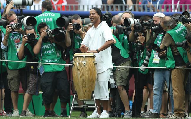 Ronaldinho trummi mängimas