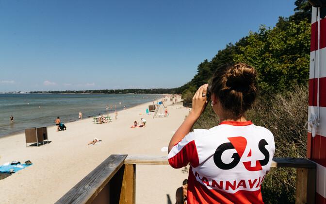 Береговая охрана на таллиннском пляже Пирита.