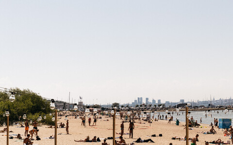 Inimesed Pirita rannas.