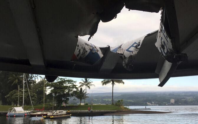 Vulkaanist paiskunud kivi tekitatud auk Hawaii turismilaeva katuses.