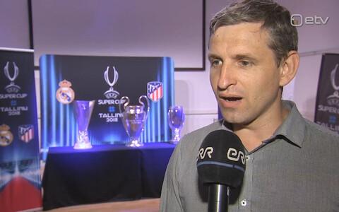 Premium liiga arendusjuht Veiko Soo, taustal Tallinnasse jõudnud UEFA karikad