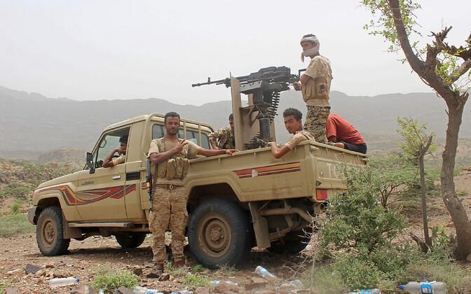 Jeemeni valitsust toetavad võitlejad Hodeida lähistel.