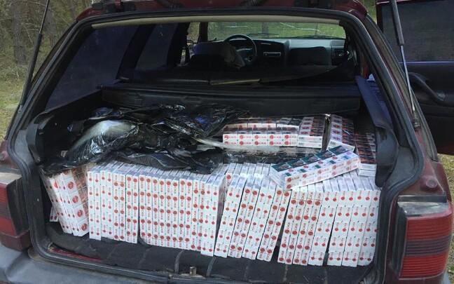 Обнаруженные в автомобиле контрабандные сигареты.