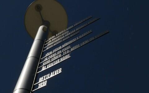 Betti Alveri luuletus Jõgeval tänavavalgustusposti küljes.