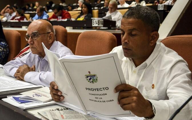 Kuuba rahvusassamblee liige uue põhiseaduse projektiga.