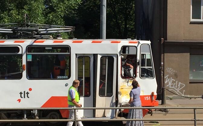 В центре Таллинна грузовик врезался в трамвай.