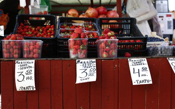 Цены эстонской клубники в Таллинне на Центральном рынке и рынке около Балтийского вокзала.