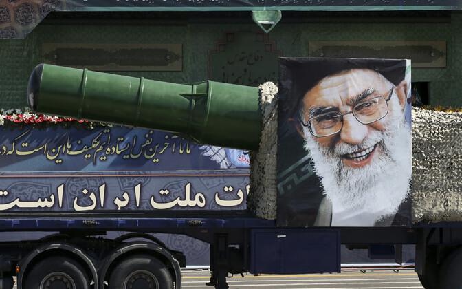Iraani kõrgeima juhi ajatolla Ali Khamenei pilt sõjaväeparaadil.