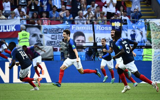 Benjamin Pavard tähistamas väravat Argentina vastu.