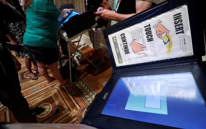 Машина для голосования, выставленная на конференции хакеров в Лас-Вегасе.