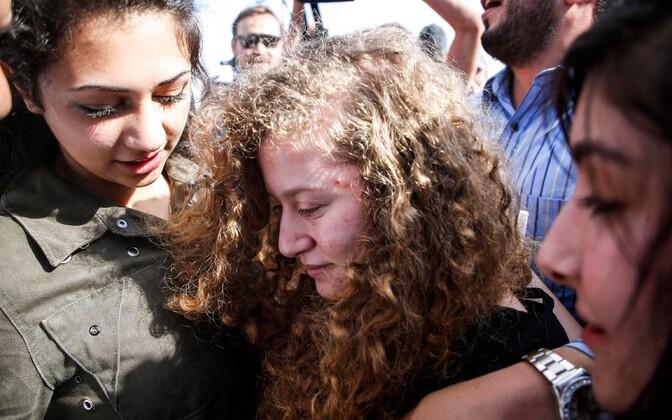 Ahed Tamimi (keskel) pärast vanglast vabanemist.