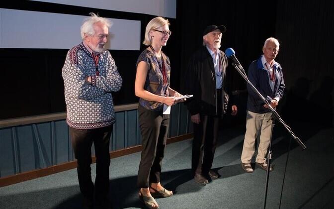 Karlovy Varys linastus 22 Balti riikide dokfilmi, alustades 1961. aastast ja lõpetades kahe filmiga aastast 1995. Pildil Mark Soosaar, filmiteadlane Zane Balčus, Ivars Seleckis ja Andres Sööt.