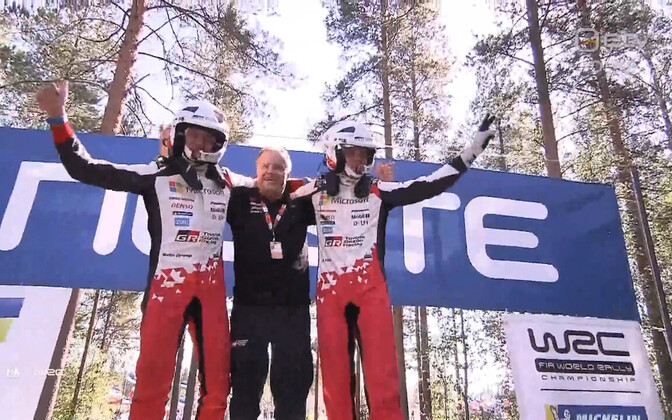 Ott Tänak (left) on the podium after the Neste Rally Finland win on Sunday, together with co-driver Martin Järveoja and team boss Tommi Mäkinen.