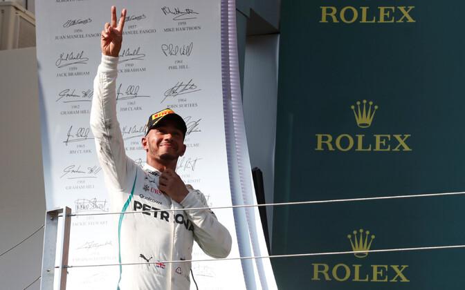 Lewis Hamilton Ungari GP võitu tähistamas.