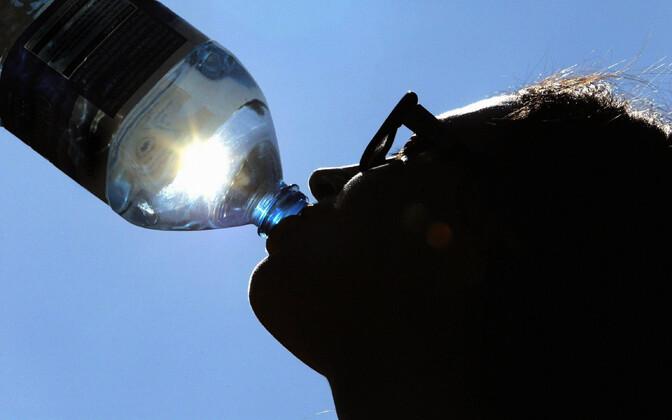 Продажи воды в жару стремительно растут.