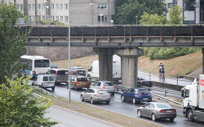 Пробка на Таммсааре теэ из-за ремонта начинается уже от виадука через Пярнуское шоссе.
