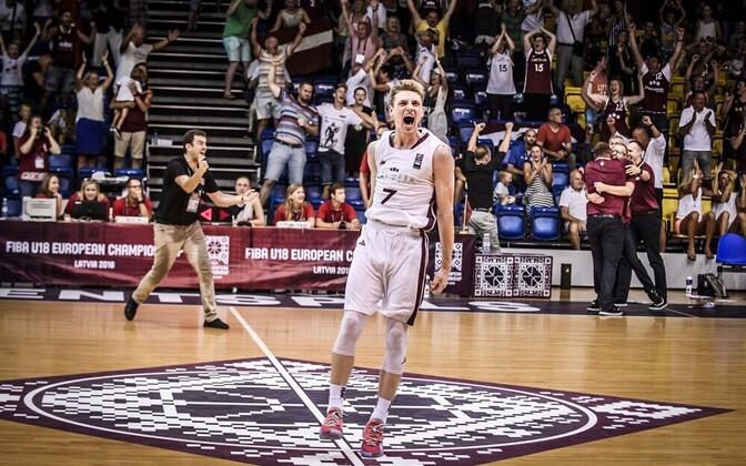 Arturs Kurucs ja Läti U-18 korvpallikoondis pääsesid kodusel EM-il veerandfinaali