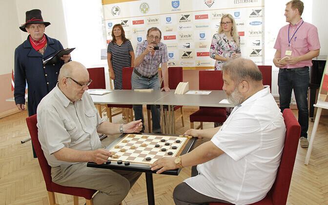 Rahvusvahelise suurturniiri sümboolse avapartii mängisid Jõgeva vallavanem Aare Olgo ja IDF-i president Vladimir Langin.