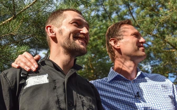 Oleg ja Aleksei Navalnõi vahetult pärast Olegi vanglast vabanemist 29. juunil.