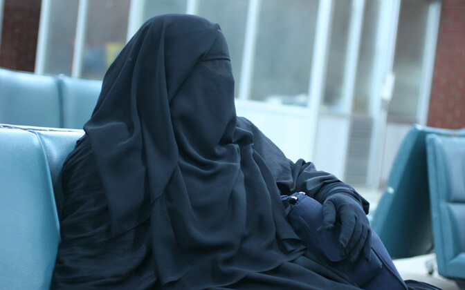 Burkat kandev naine lennujaamas.