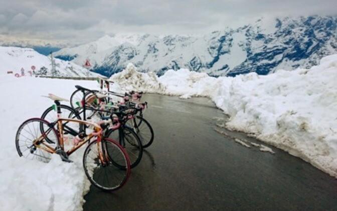 Pea eranditult motiveerib kõike rattureid seiklust kaasa tegema taevasse kõrguvad mäed, tuul, päike, vihm (lumi) ning sellega kaasnev igapäevane teadmatus ja seiklus. Foto tehtud 2015. aasta mais Põhja-Itaalias Stelvio kuru tipus 2757 meetri kõrgusel, mil