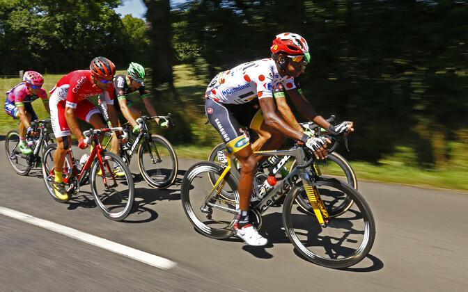 Eritrea rattur Daniel Teklehaimanot (esiplaanil) on Tour de France'il kandnud parima mägironija särki
