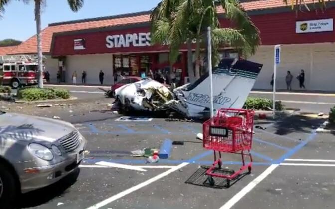 Самолет упал на красный автомобиль, владелец которого был в это время в торговом центре.