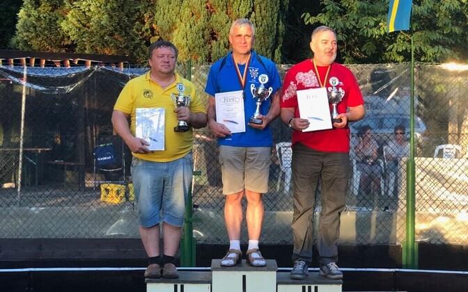 Keskel Euroopa võistkondliku karikaga Lembit Vaher. Vasakul teise koha Ukraina esindaja ja paremal Venemaa esindaja.
