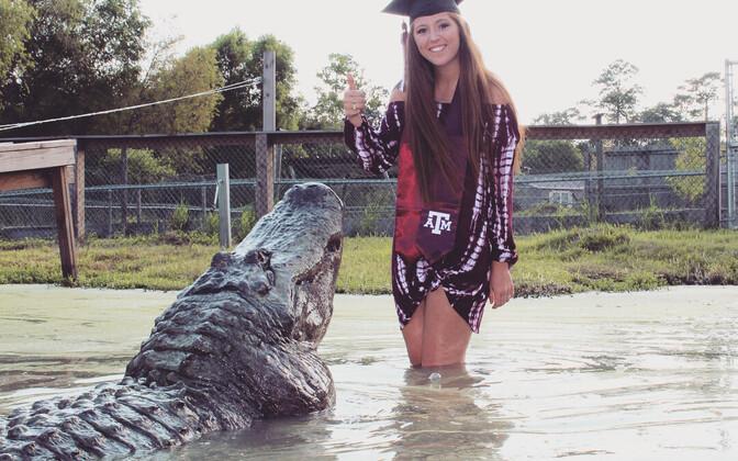 Макензи Ноланд с прирученным крокодилом.