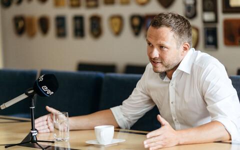 Margus Tsahkna speaking with ERR's Toomas Sildam.