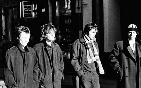 Kino liikmed 1986. aasta sügisel Tallinnas jalutamas Pikal tänaval enne kontserti