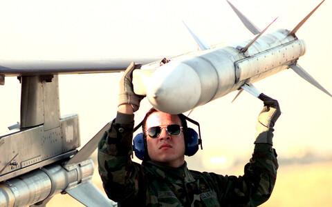 AMRAAM-tüüpi raketi laadimine hävitajale.