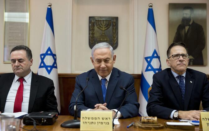 Iisraeli jälitustegevuse minister Yisrael Katz (vasakul, peaminister Benjamin Netanyahu kõrval) tervitas raketiteadlase tapmist.