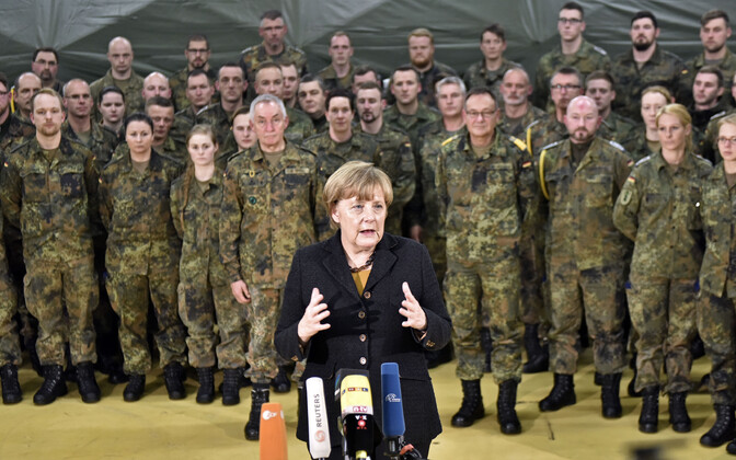 Liidukantsler Angela Merkel Saksa sõduritega.