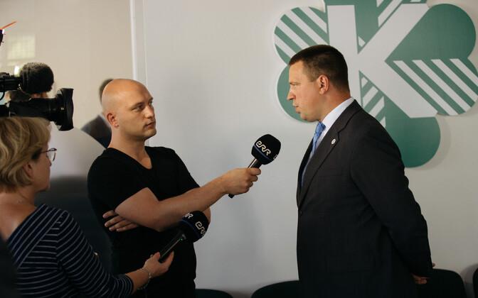 Jüri Ratas Keskerakonna büroo avamisel intervjuud andmas.