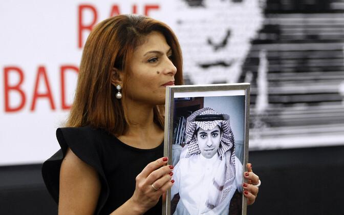 Kanadasse pagenud Ensaf Haidar hoiab oma abikaasa, vahistatud blogija Raif Badawi fotot.