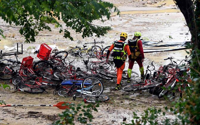 Päästjad tulvaveest räsitud Saint-Julien-de-Peyrolas' suvelaagris.