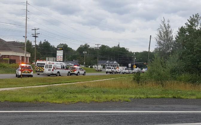 Машины полиции и скорой помощи на месте происшествия в городе Фредериктон.