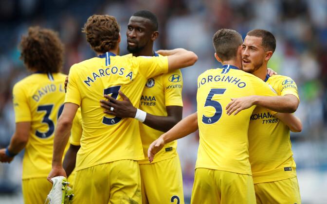 Chelsea mängijat väravat tähistamas.