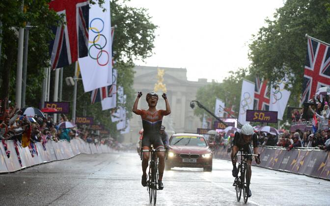 Marianne Vos võitmas Londoni olümpiamänge grupisõidus