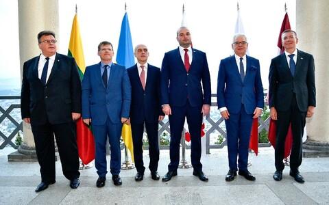 Vasakult: Leedu välisminister, Ukraina asepeaminister, Gruusia välisminister, Gruusia peaminister, Poola välisminister ja Läti välisminister.