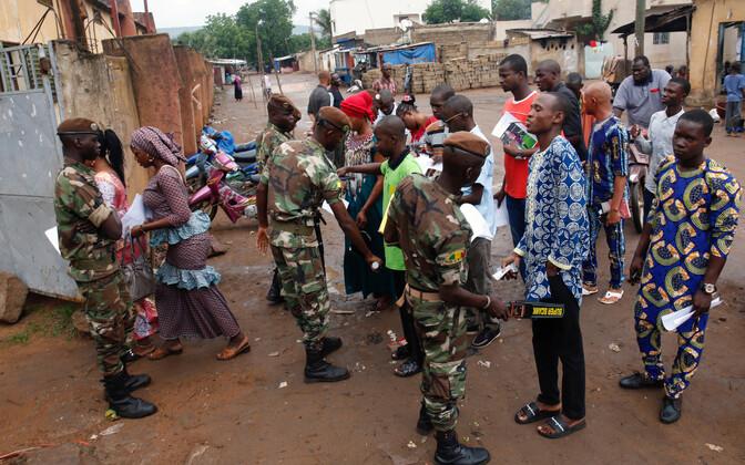 Mali sõdurid valimisjaoskonna juures turvakontrolli tegemas.