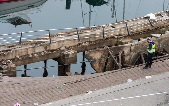 Politseinikud esmaspäeval Vigos kokku varisenud promenaadi juures.