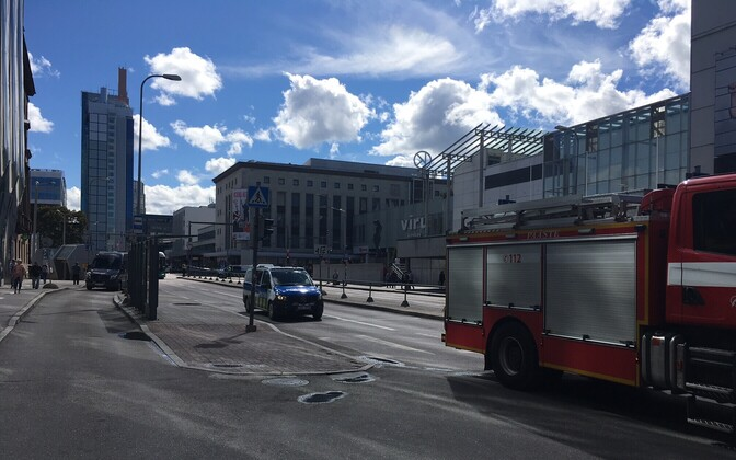 Emergency services on the closed-off Laikmaa Street in front of Tallink City Hotel.