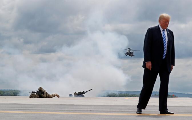President Donald Trump Fort Drumis sõjaväe näitlikku tegevust jälgimas.