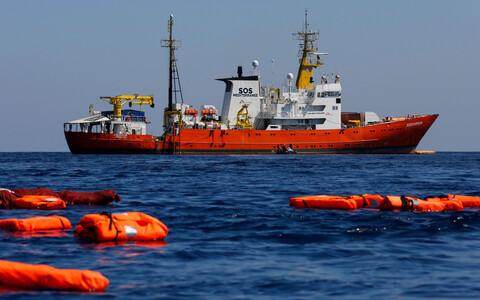 SOS Mediterranee владеет спасательным судном Aquarius, регулярно совершающим выходы к берегам Ливии для спасения мигрантов.