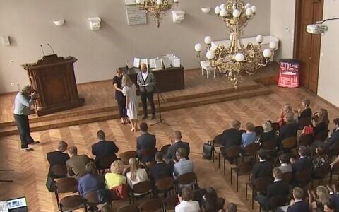 President õnnitlemas stipendiumisaajaid.