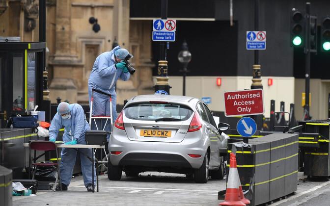 Британские эксперты на месте происшествия в Лондоне.